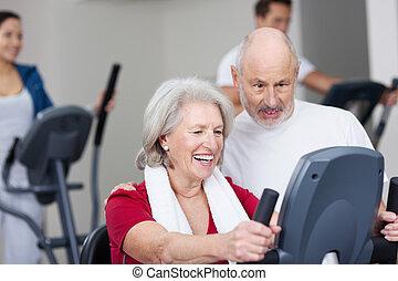 oude vrouw, het uitwerken, op, de, gym