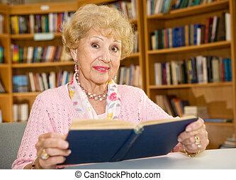 oude vrouw, in, bibliotheek