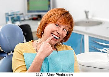 oude vrouw, in, de, dentaal, kantoor.