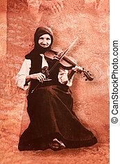 oude vrouw, in, de, serbian, nationale, kostuum, zit, en, toneelstukken, de, vio