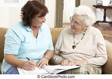 oude vrouw, in, discussie, met, gezondheid bezoeker, thuis