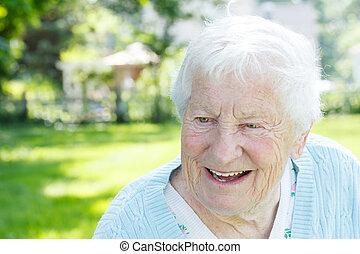 oude vrouw, in, een, blauwe , trui, erbuit
