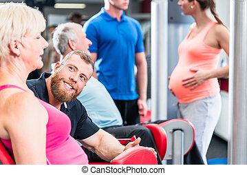 oude vrouw, in, groep, met, zwangere vrouw, het uitwerken, op, de, gym