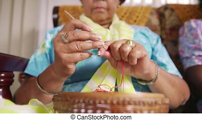oude vrouw, in, hospice, breiwerk, wol