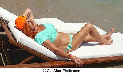 oude vrouw, jeugdig, blauwe , zee, sunbathing, bikini