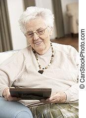 oude vrouw, kijken naar van foto, in, frame