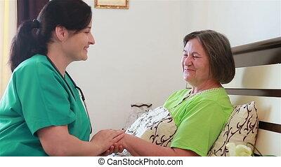 oude vrouw, klesten, met, verpleegkundige