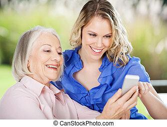 oude vrouw, leren, mobiele telefoon
