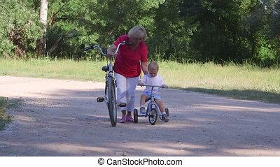 oude vrouw, met kind, leren, te rijden, fiets