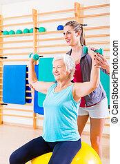 oude vrouw, met, trainer, op, fitness, sportende