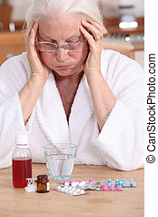 oude vrouw, met, veel, van, geneeskunde, om te nemen
