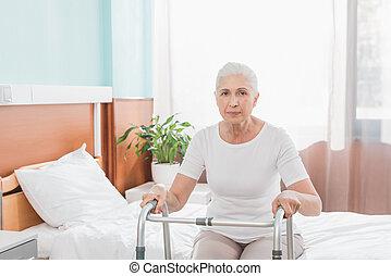 oude vrouw, met, walker, in, ziekenhuis