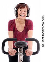 oude vrouw, muziek, het spinnen, het luisteren