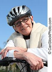 oude vrouw, op een fiets