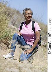oude vrouw, op, een, wandelende, spoor