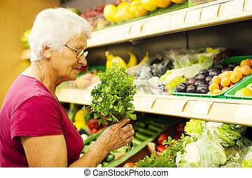 oude vrouw, op, supermarkt