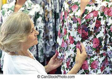 oude vrouw, op, winkel