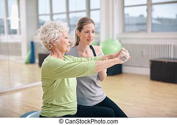 oude vrouw, opleiding, in de gymnastiek, met, een, persoonlijke trainer
