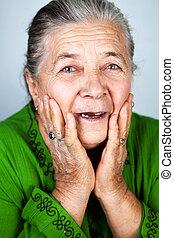 oude vrouw, oud, verbaasd, vrolijke