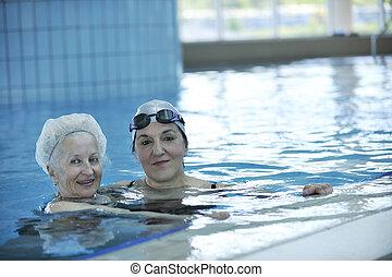 oude vrouw, pool, zwemmen