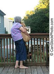 oude vrouw, puppy, verticaal, vasthouden