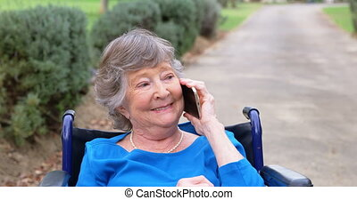 oude vrouw, sprekend op mobiele telefoon, op, wheelchair, 4k
