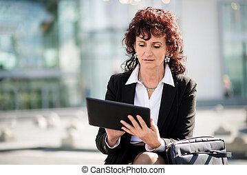 oude vrouw, straat, tablet, zakelijk