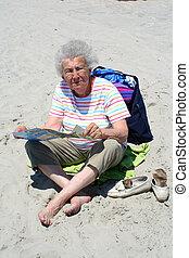 oude vrouw, strand, lezende