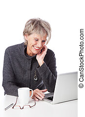 oude vrouw, surfing, internet