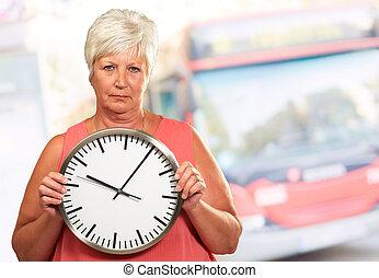oude vrouw, vasthouden, klok