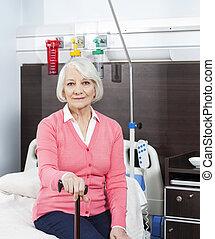 oude vrouw, vasthouden, stok, op, rehab, centrum