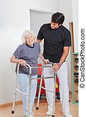 oude vrouw, vasthouden, walker, terwijl, trainer, helpen, haar