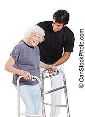 oude vrouw, vasthouden, walker, terwijl, trainer, helpen,...