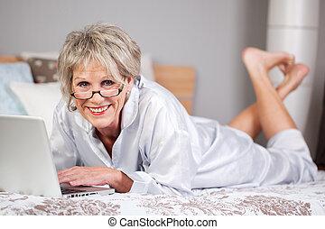 oude vrouw, vrolijke