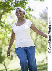 oude vrouw, wandelende, in park