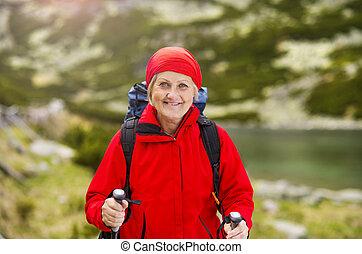 oude vrouw, wandelende