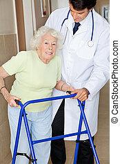 oude vrouw, wezen, geassisteerd, door, arts