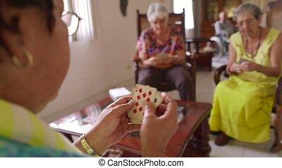 oude vrouwen, hebben vermaak, speelkaart, spel, in, hospice