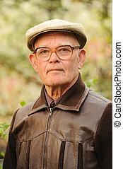 oudere man, buitenshuis
