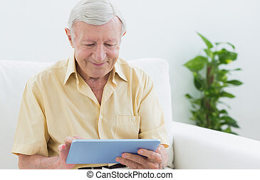 oudere man, gebruik, een, digitaal tablet