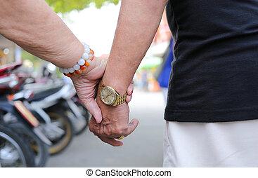 oudere mensen, holdind, samen, hand