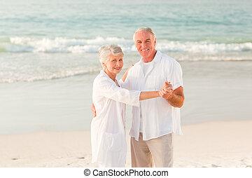 oudere paar, dancing, strand