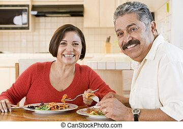 oudere paar, het genieten van, maaltijd, samen