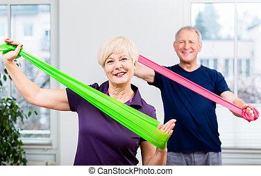 oudere paar, in, senior, gymnastisch, stand, doen, workout, met, rubb