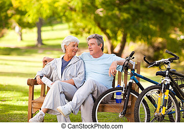 oudere paar, met, hun, fietsen
