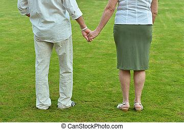 oudere paar, vasthouden