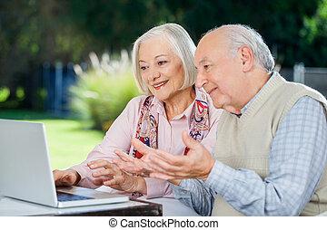 oudere paar, video, kletsende, op, draagbare computer