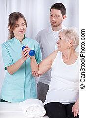 oudere vrouw, beoefenen, gedurende, rehabilitatie
