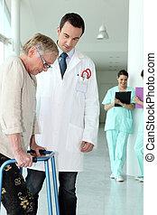 oudere vrouw, gebruik, een, lopend met vensterraam, in, een, ziekenhuis