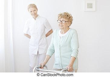 oudere vrouw, gebruik, walker